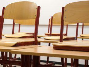 Lege klas met stoelen op de bank